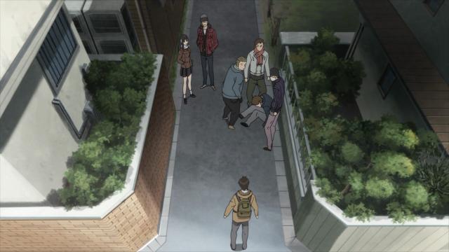 Shinichi avista um bando de valentões espancando um colega de classe seu e tenta pará-los