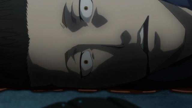 E ele está morto. Ter a perna arrancada não deveria fazê-lo cuspir sangue pela boca, mas assim o efeito visual é mais legal, né?