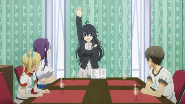 Ako, de pé, é a garota principal do harém do protagonista Hideki