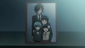 Retrato da família Benio, com a garota e seu irmão gêmeo de cabelo azul