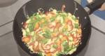 Frite os vegetais mais duros antes: a abóbora, o pepino, as batatas e, por último, os pimentões verdes e vermelhos.