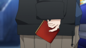 Kobayashi com a carteira de Hanasaki em mãos.