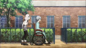 Kate empurra sua mãe (?) na cadeira de rodas