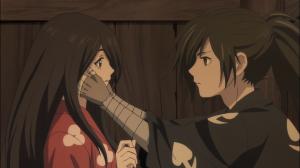 Hyakkimaru coloca suas mãos de madeira no rosto de Mio