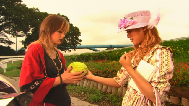 A aproximação inicial entre as duas é hilária. Na imagem: Momoko tentando se livrar de Ichigo com um repolho