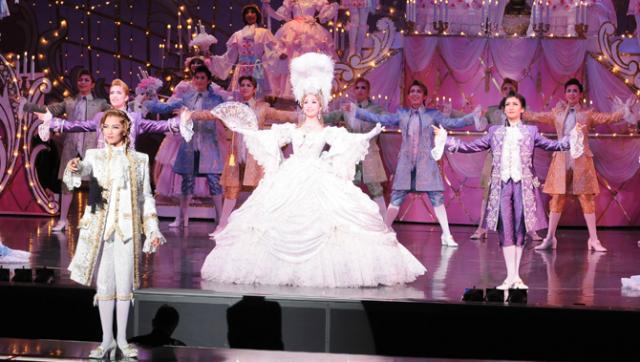 Uma peça do Teatro Takarazuka - no caso uma das muitas montagens de Rosa de Versalhes