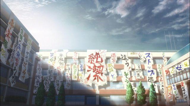 As garotas cobriram a escola de cartazes de protesto contra as regras e contra a expulsão da Sonezaki