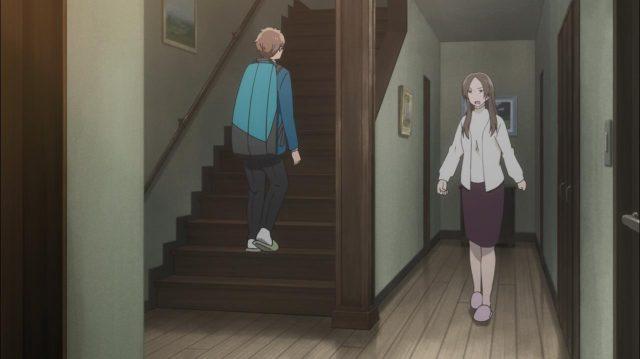 A mãe de Touma se enfurece e persegue o filho até as escadas para lhe dar uma bronca