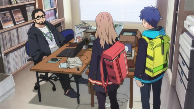 Yume vai à sala de música perguntar sobre sua irmã ao professor supervisor do clube de coral
