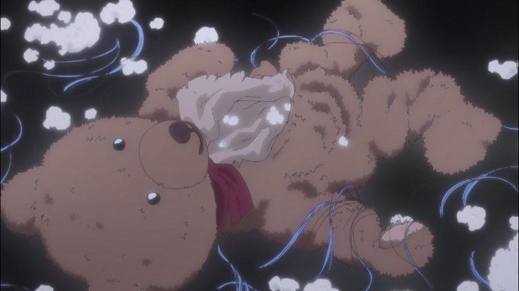 O ursinho destruído por Ai após ter sua infância destruída por um pedófilo que sua mãe trouxe para dentro de casa